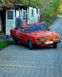 Nostaljik otomobilini hurdalarla modifiye etti
