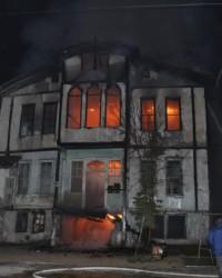 Tarihi bina alev alev yandı