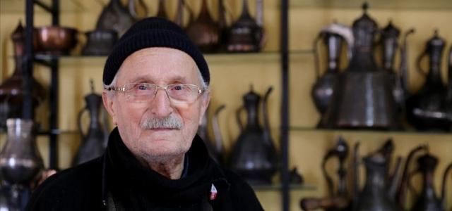 73 yıllık usta ömrünü bakır işlemeye adadı