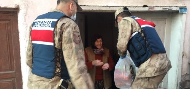 Amasya'da 65 yaş üstü vatandaşların alışverişini kolluk kuvvetleri yapıyor
