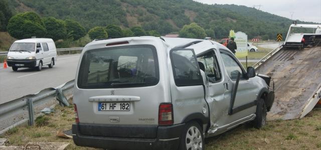 Amasya'da hafif ticari araç devrildi: 5 yaralı