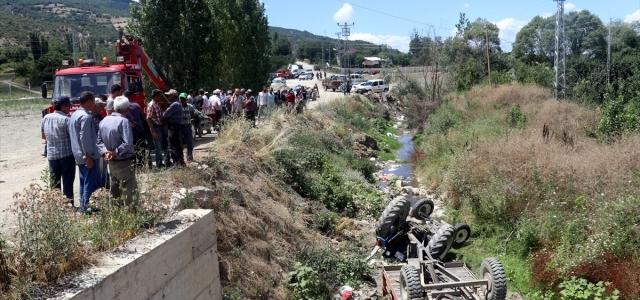 Amasya'da traktör dereye devrildi: 3 yaralı
