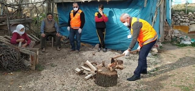 Amasya'da Vefa Sosyal Destek Grubu ekibi Ali dedenin odunlarını kırdı