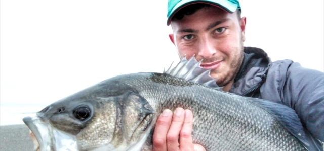 Amatör balıkçının göz kapağına saplanan
