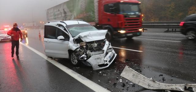 Anadolu Otoyolu'nda hafif ticari araç ile tır çarpıştı: 4 yaralı
