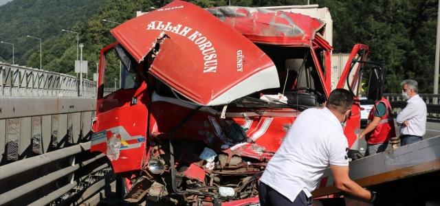 Anadolu Otoyolu'nda kaza yapan kamyonun sürücüsü ağır yaralandı