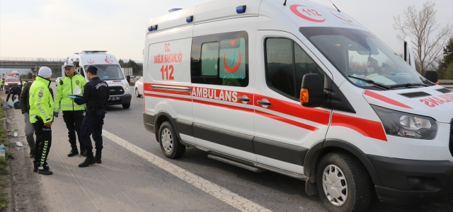 Anadolu Otoyolu'nun Düzce kesiminde bariyerlere çarpan araçtaki 5 kişi yaralandı