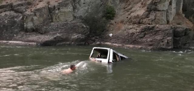 Artvin'de kamyonet nehre devrildi: 1 ölü, 2'si ağır 3 yaralı