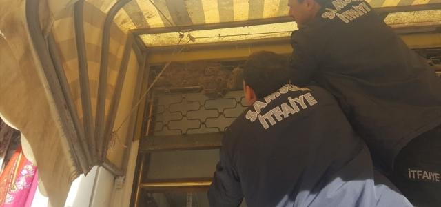 Bafra'da kepenge sıkışan kediyi itfaiye kurtardı