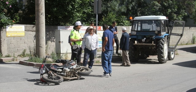 Bafra'da traktörün çarptığı motosiklet sürücüsü yaralandı