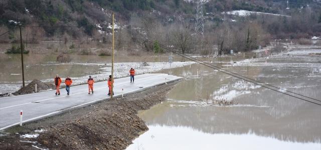 Bartın'da baraj suyunun yükselmesi kara yolu ulaşıma kapattı
