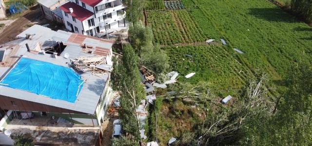 Bayburt'ta şiddetli rüzgar ve hortum hasara yol açtı