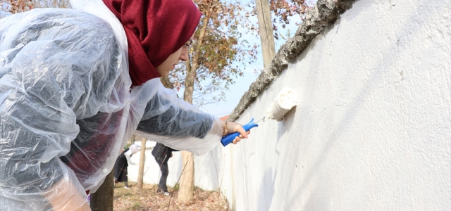 Çocuklar için okulun bahçe duvarlarını boyadılar