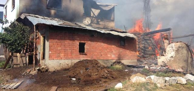 Çorum'da 7 ev yanarak kullanılamaz hale geldi