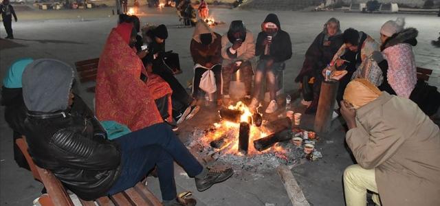 Depremden etkilenen Elazığ'da çok sayıda aile geceyi dışarıda geçirdi