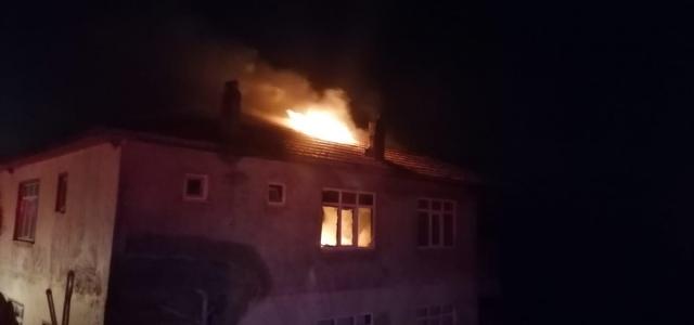 Düzce'de 2 evin çatısında çıkan yangın söndürüldü