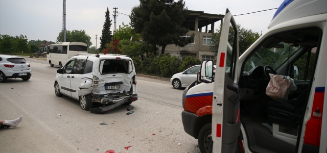 Düzce'de ambulansın karıştığı zincirleme kazada 2 kişi yaralandı