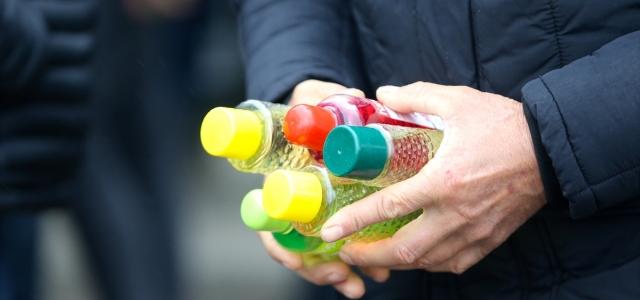 Düzce'de bir firma 5 bin şişe kolonyanın gelirini köy çocuklarına bağışladı