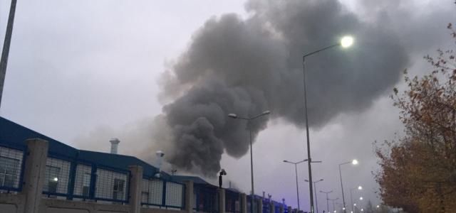 Düzce'de fabrikada çıkan yangın söndürülmeye çalışılıyor