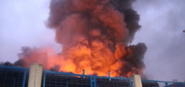 Düzce'de fabrikada çıkan yangında soğutma çalışmaları devam ediyor