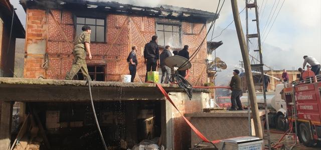 Düzce'de iki katlı ev çıkan yangında kullanılmaz hale geldi