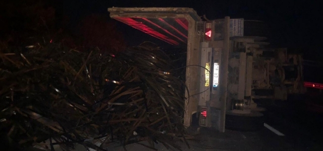 Düzce'de kara yolunda devrilen kamyon ulaşımı aksattı
