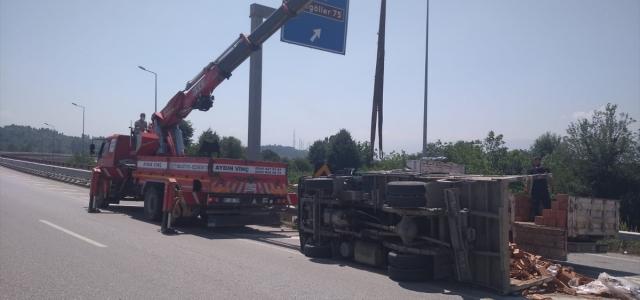 Düzce'de kontrolden çıkan kamyonet devrildi
