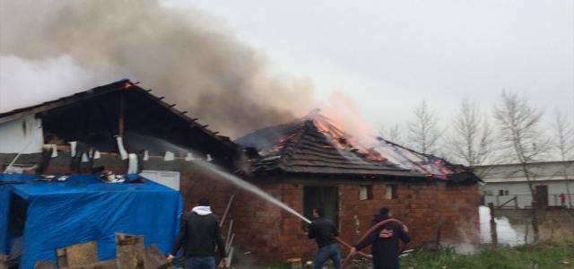 Düzce'de tek katlı evde çıkan yangında 4 kişi kurtarıldı