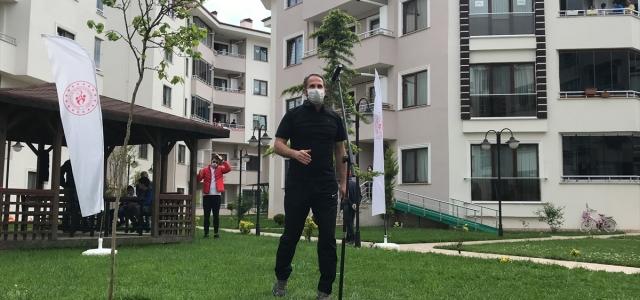 Düzce'de vatandaşlar antrenör eşliğinde evlerinde spor yaptı
