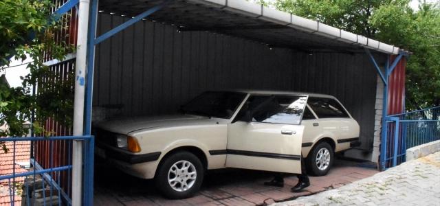 Garajında tuttuğu otomobiline 40 yıldır gözü gibi bakıyor