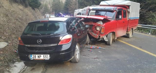 Giresun'da kamyonet ile otomobil çarpıştı: 1ölü, 2 yaralı