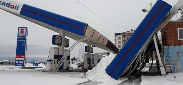 Giresun'da kar nedeniyle akaryakıt istasyonunun çatısı çöktü