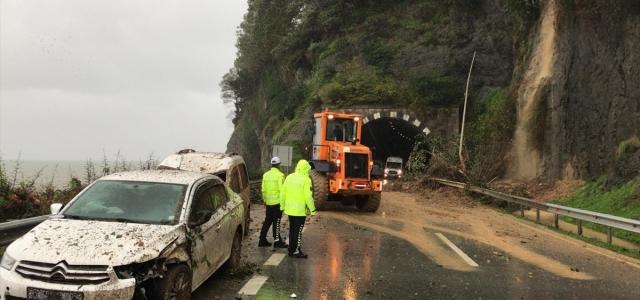Giresun'da meydana gelen heyelanda seyir halindeki araçlarda bulunan 3 kişi yaralandı