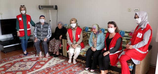 Görme engelli Müzeyyen teyzeyi Türk Kızılay'ı sevindirdi