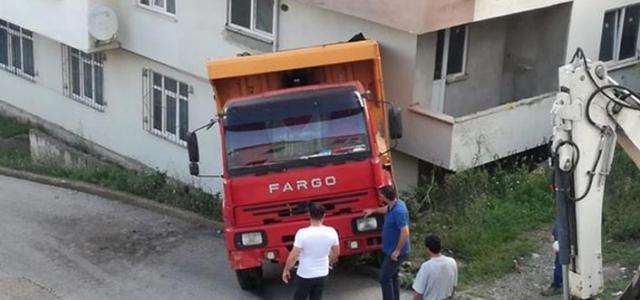 Hafriyat kamyonu eve girdi