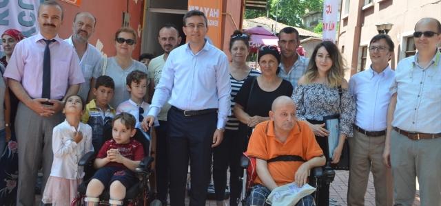 İhtiyaç sahibi engellilere akülü tekerlekli sandalye