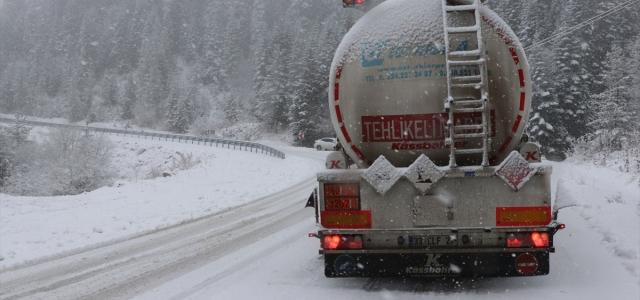 Ilgaz Dağı'nda kar nedeniyle ulaşım güçlükle sağlanıyor