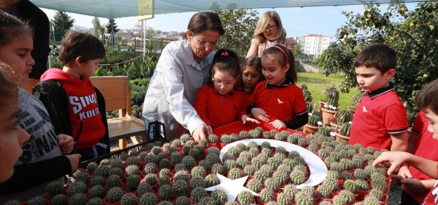 İlkokul öğrencilerinden kaktüslerden Türk bayrağı