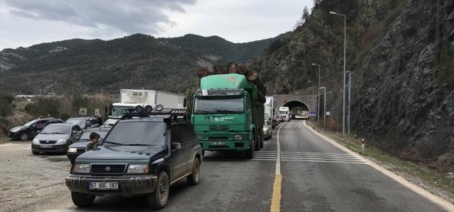 Karabük-Zonguldak kara yolunda heyelan riski nedeniyle geçiş kontrollü sağlanıyor