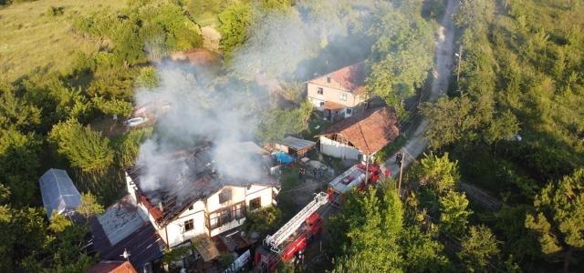 Karabük'te çıkan yangında 3 katlı ahşap ev kullanılamaz hale geldi