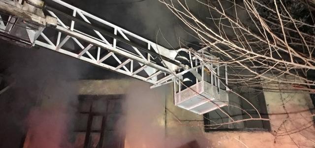 Karabük'te çıkan yangında iki katlı ev kullanılamaz hale geldi