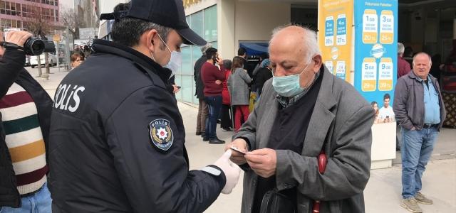 Karabük'te sokağa çıkan 65 yaş ve üstü vatandaşlar uyarılarak evlerine gönderildi
