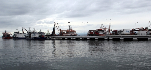 Karadeniz'de olumsuz hava koşulları balıkçıları zorluyor