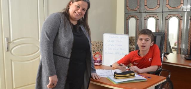 """Kas hastası Ferhat """"ayağına gelen okul""""la derslerinden geri kalmıyor"""