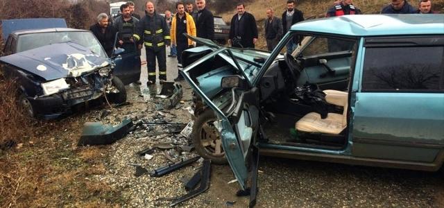 Kastamonu'da çarpışan 2 otomobilin sürücüleri yaralandı