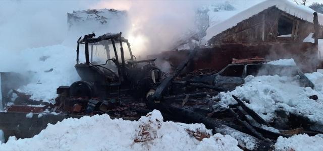 Kastamonu'da çıkan yangında koruluk, otomobil ve traktör yandı