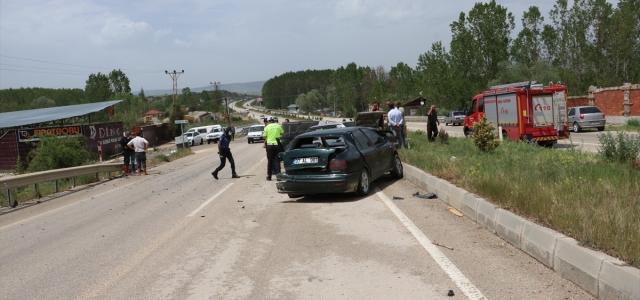 Kastamonu'da iki otomobilin çarpıştığı kazada 3 kişi yaralandı