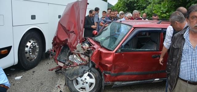 Kastamonu'da otobüs ile otomobil çarpıştı: 3 yaralı