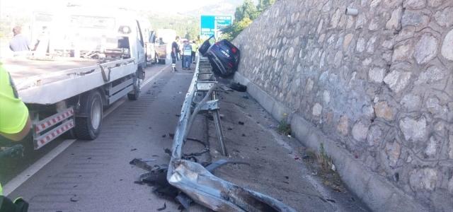 Kastamonu'da otomobil bariyere çarptı: 3 yaralı