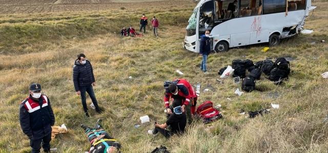 Kastamonu'da polis servisinin devrilmesi sonucu 12 polis yaralandı
